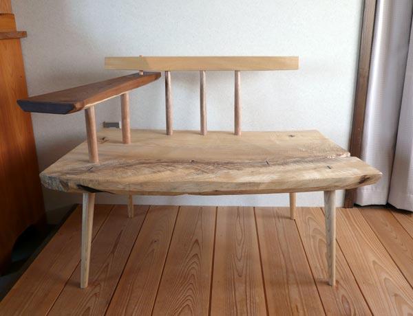贅沢な栓(セン)の一枚板を使った、ゆったりと座れる椅子。